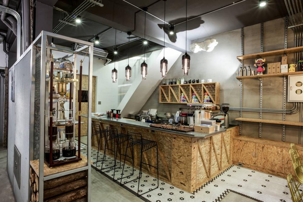在繽紛顏料牆前揮灑創意!台中CMYK GALLERY集結藝廊+畫室+咖啡廳的複合老屋_02