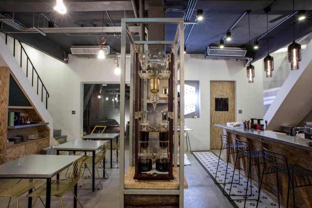 在繽紛顏料牆前揮灑創意!台中CMYK GALLERY集結藝廊+畫室+咖啡廳的複合老屋_04