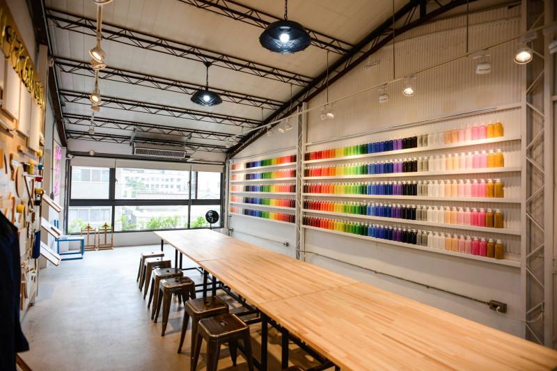 在繽紛顏料牆前揮灑創意!台中CMYK GALLERY集結藝廊+畫室+咖啡廳的複合老屋_06