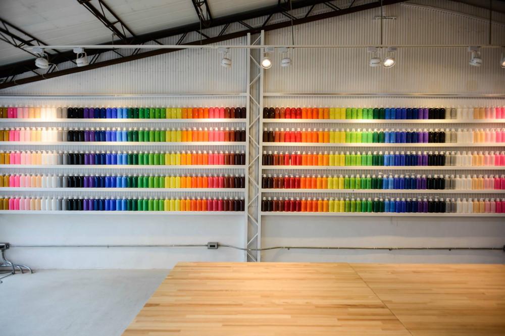 在繽紛顏料牆前揮灑創意!台中CMYK GALLERY集結藝廊+畫室+咖啡廳的複合老屋_07