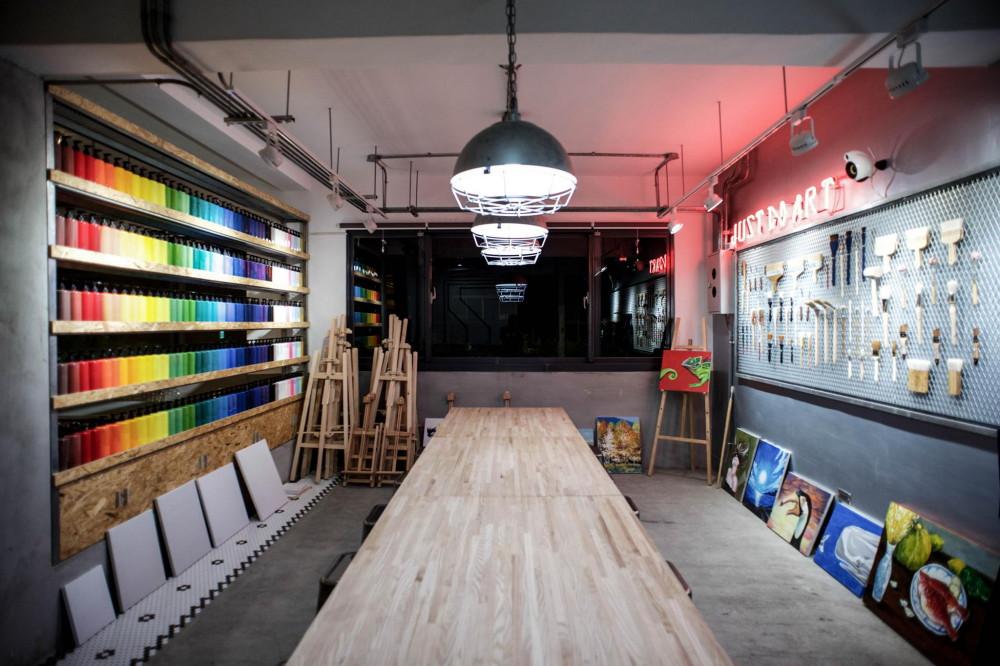 在繽紛顏料牆前揮灑創意!台中CMYK GALLERY集結藝廊+畫室+咖啡廳的複合老屋_09