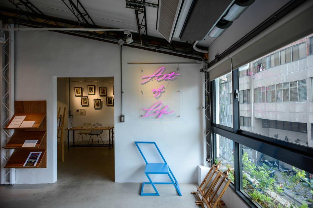 在繽紛顏料牆前揮灑創意!台中CMYK GALLERY集結藝廊+畫室+咖啡廳的複合老屋_10