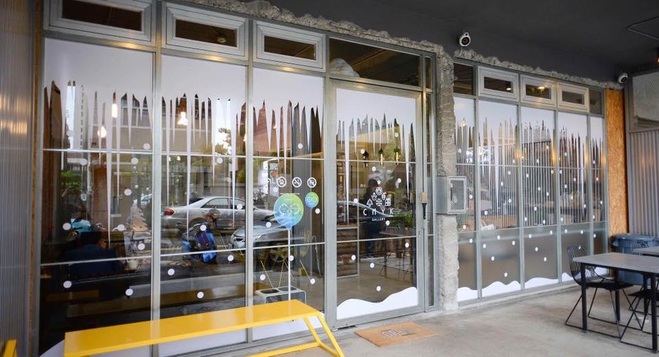 在繽紛顏料牆前揮灑創意!台中CMYK GALLERY集結藝廊+畫室+咖啡廳的複合老屋_11