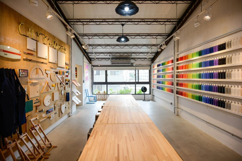 在繽紛顏料牆前揮灑創意!台中CMYK GALLERY集結藝廊+畫室+咖啡廳的複合老屋_03