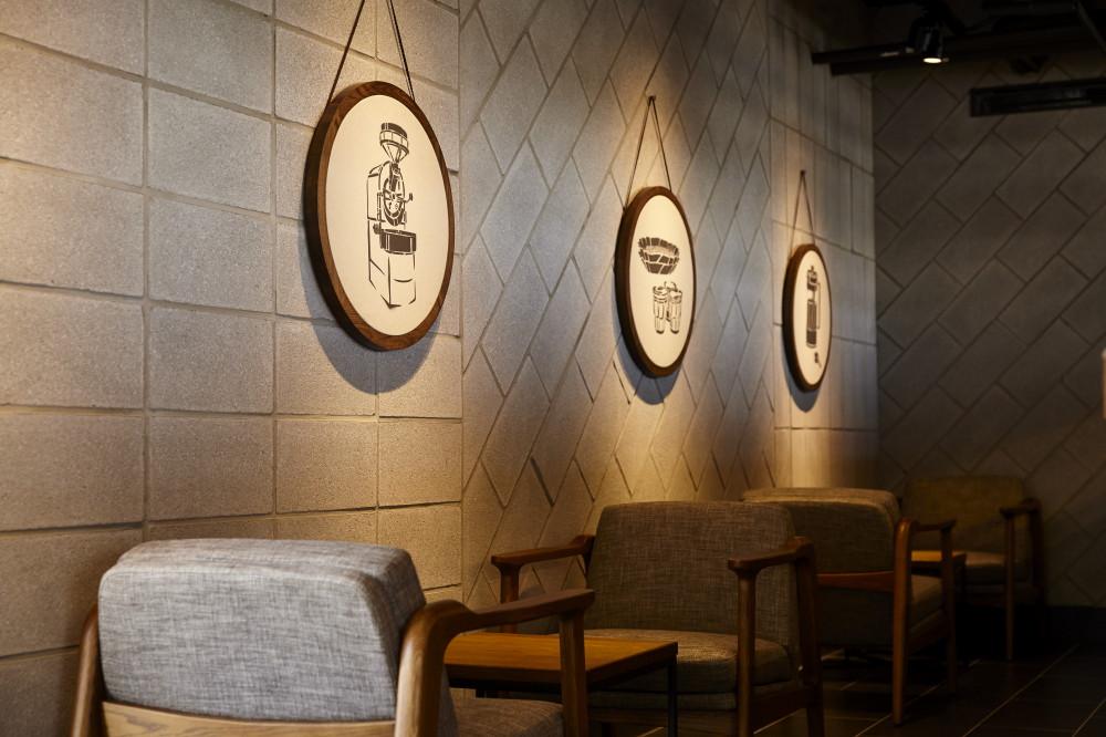 全台灣最北端星巴克!馬祖成唯一開暖氣門市 空間結合藍眼淚+石屋建築意象
