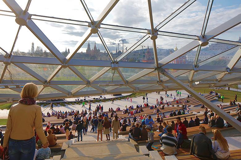 幅員寬廣的露天舞台,成為市民們休閒的好去處。