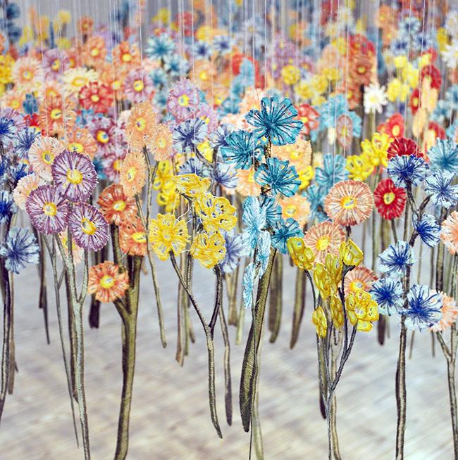 彷彿一吹即散的「線畫」!加拿大藝術家將平面刺繡變身夢幻立體錦簇花團!_04
