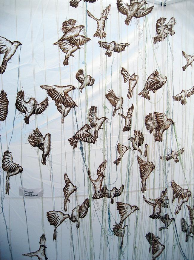 彷彿一吹即散的「線畫」!加拿大藝術家將平面刺繡變身夢幻立體錦簇花團!_08