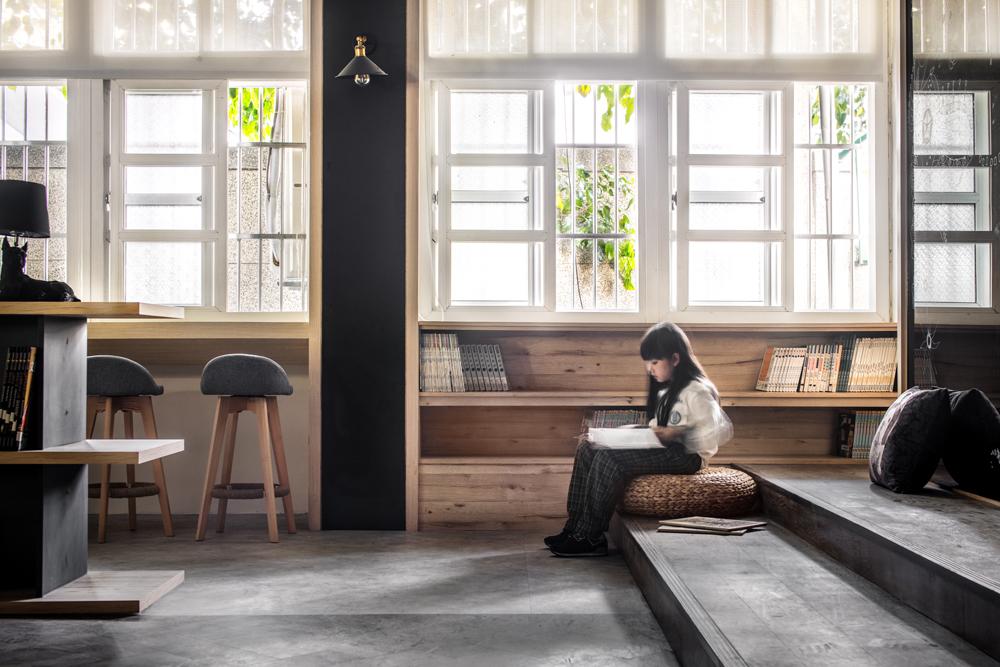 彰化南興國小洗去老舊氣息!60年老教室變身木系質感圖書館
