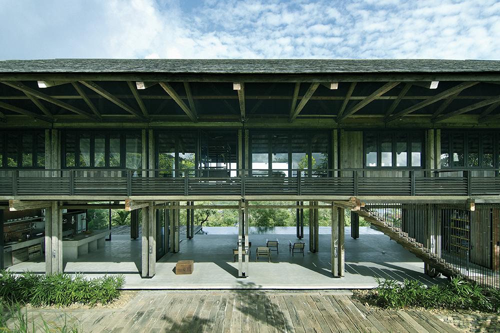 WHBC以二手木質電線桿作為建築素材,打造TELEGRAPH POLE HOUSE(電線桿之屋)。