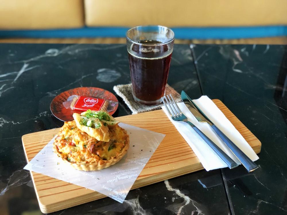 基隆正濱漁港咖啡廳「圖們咖啡」!飽覽漁港海景的摩登港灣美食空間