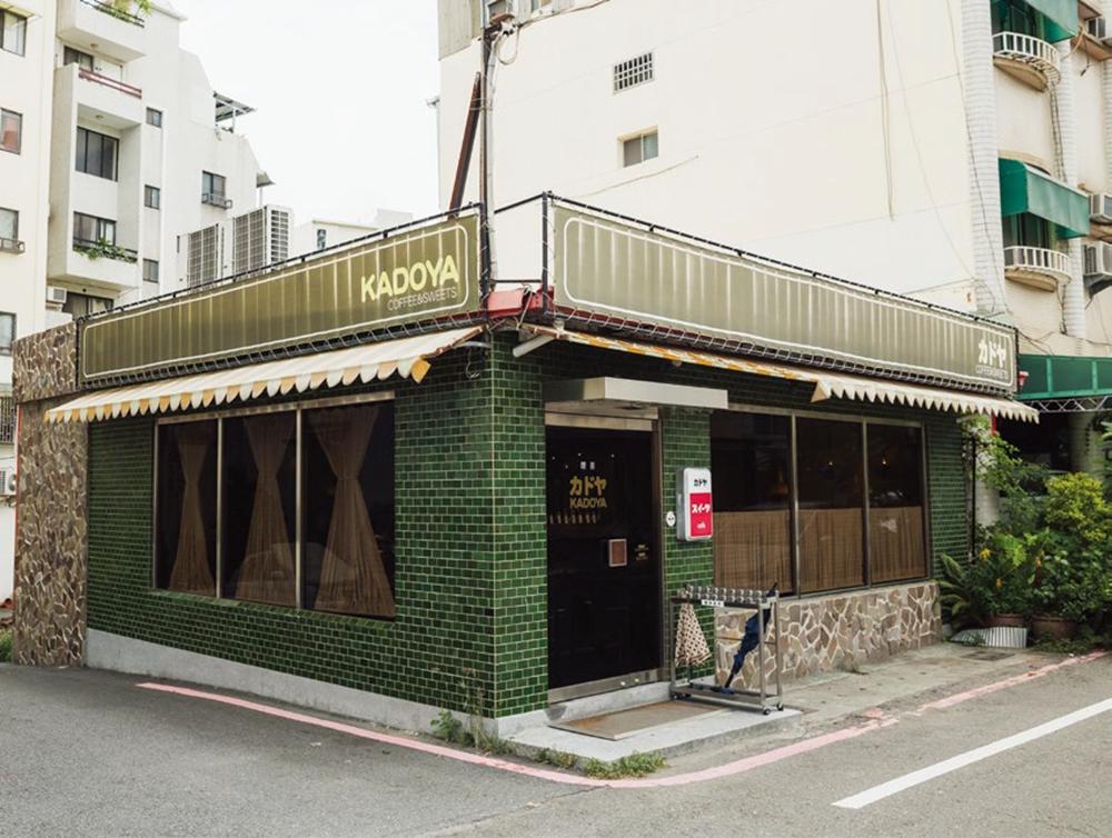 KADOYA 位在街口轉角的三角區中, 原本是一間小木屋。