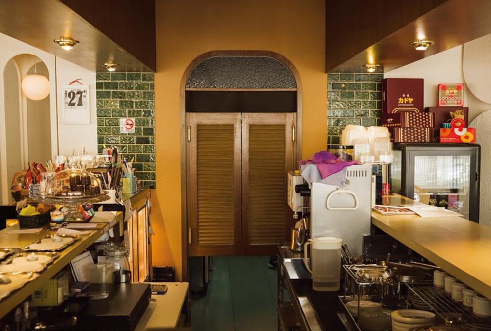 吧檯內復古拉門, 連結廚房與外場