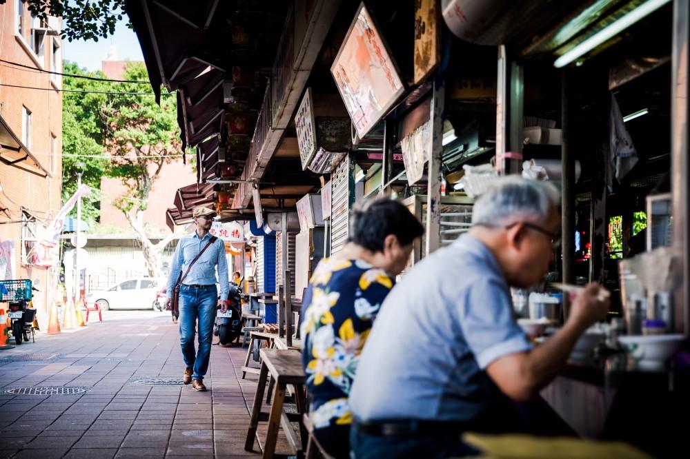 散步在大稻埕的過程中,江佶洋除了帶我們欣賞巷弄裡的建築