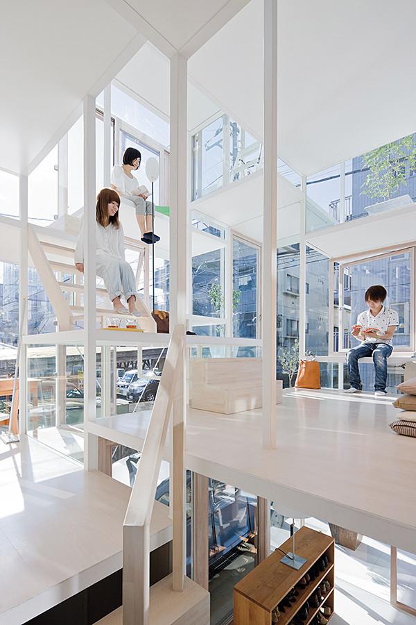 《House NA》是一棟以白色和玻璃為基調的「樹屋」,也是藤本壯介的經典住宅作品。圖片提供◎Sou Fujimoto