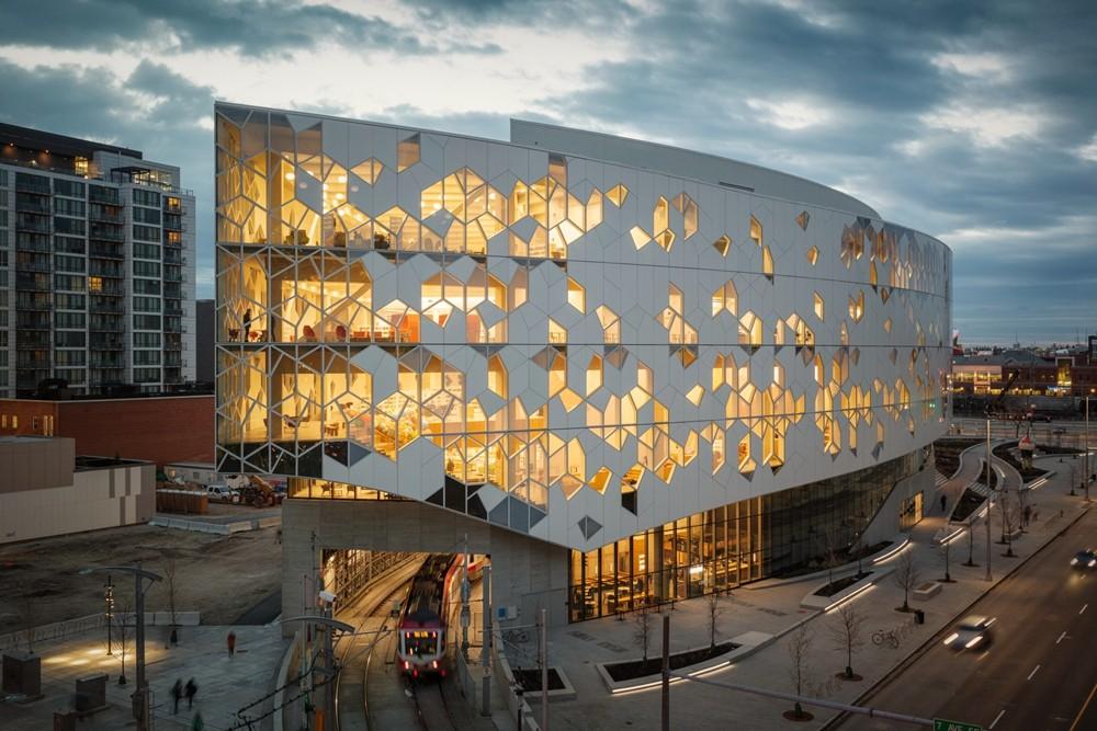 加拿大卡加利圖書館是建築也是隧道!挪威建築團隊Snøhetta打造飄在輕軌上的白色雲朵_01