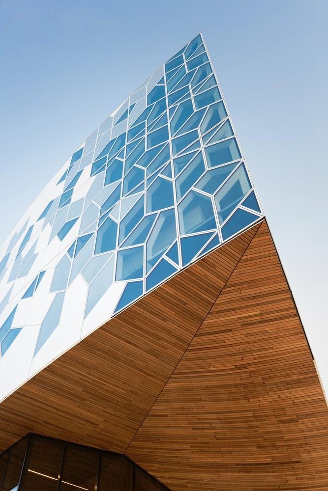 加拿大卡加利圖書館是建築也是隧道!挪威建築團隊Snøhetta打造飄在輕軌上的白色雲朵_04