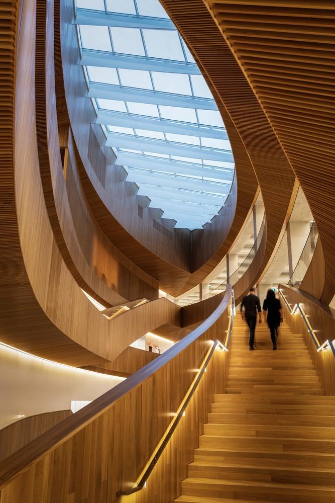加拿大卡加利圖書館是建築也是隧道!挪威建築團隊Snøhetta打造飄在輕軌上的白色雲朵_06