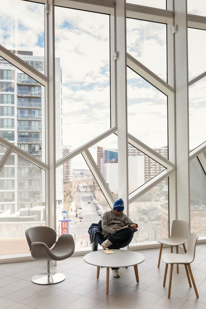加拿大卡加利圖書館是建築也是隧道!挪威建築團隊Snøhetta打造飄在輕軌上的白色雲朵_11