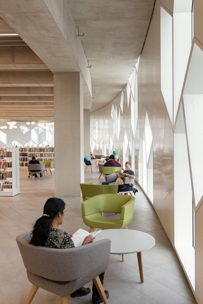 加拿大卡加利圖書館是建築也是隧道!挪威建築團隊Snøhetta打造飄在輕軌上的白色雲朵_12