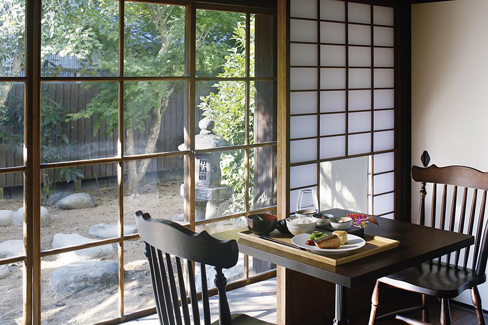 旅宿內的餐廳料理採用丹波篠山牛、丹波黑大豆等在地食材 ,並結合法國料理的手法製成。