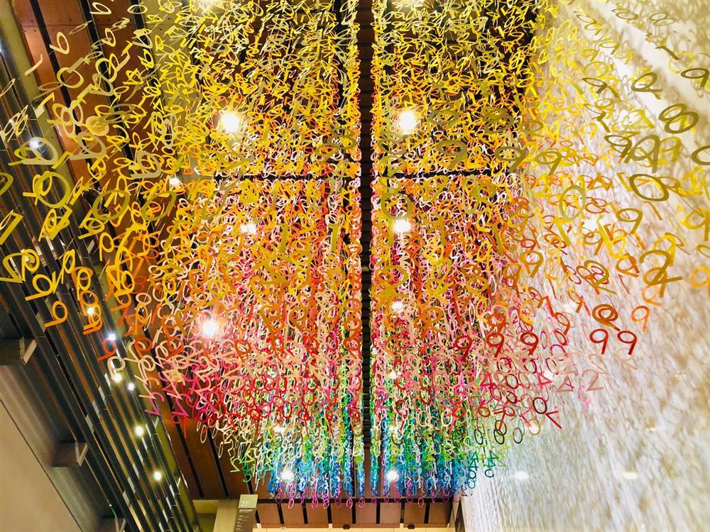 「100 colors光譜漫遊」裝置亮相誠品敦南!法國設計師Emmanuelle Moureaux讓「品」字結合8千張彩
