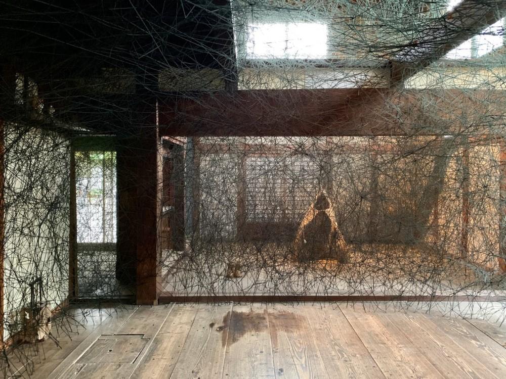 塩田千春其於2009年所創作的《家的記憶》(家の記憶)