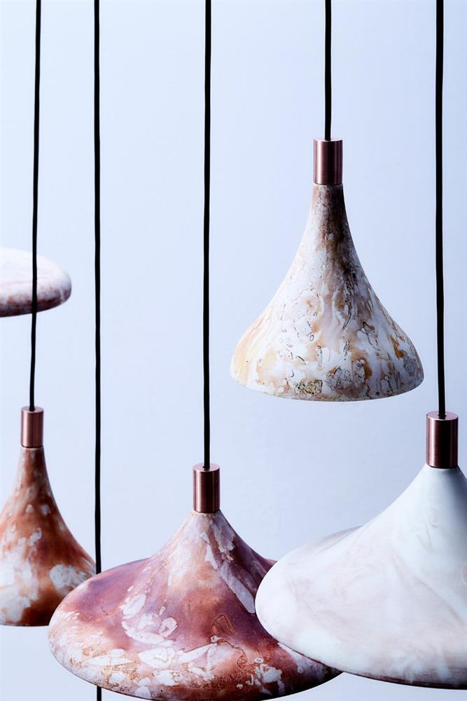 咖啡渣吊燈變身質感家具!傳統陶瓷坑燒技術染色 形成獨一無二大理石紋路_02