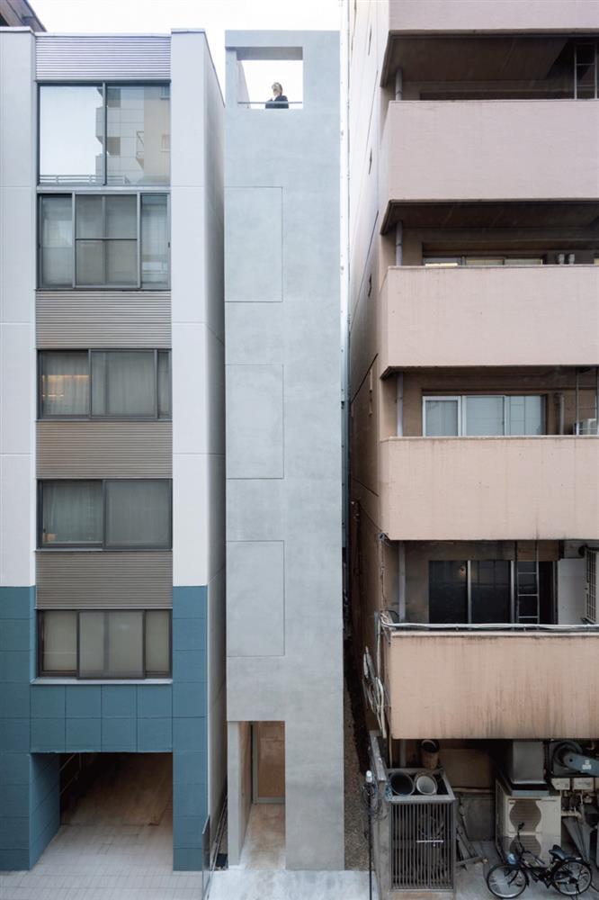 東京銀座巷內的L型小屋!日本SO&CO讓2.7米寬清水模辦公空間極大化 小坪數裝潢_01