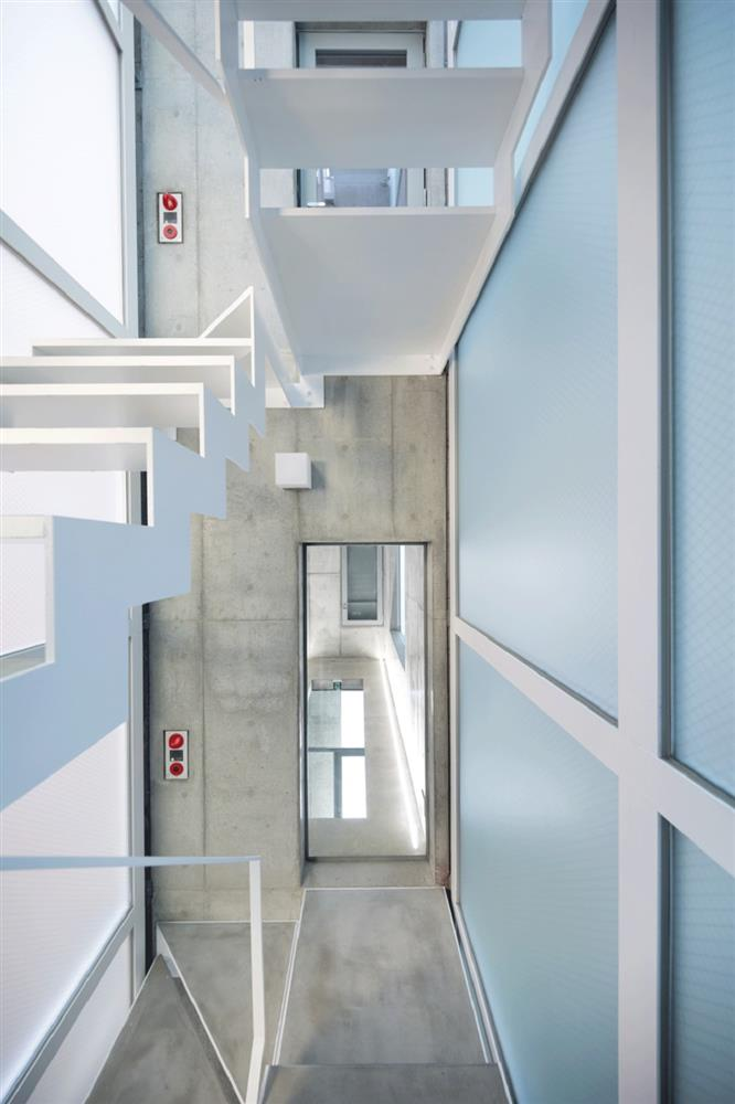 東京銀座巷內的L型小屋!日本SO&CO讓2.7米寬清水模辦公空間極大化 小坪數裝潢_03