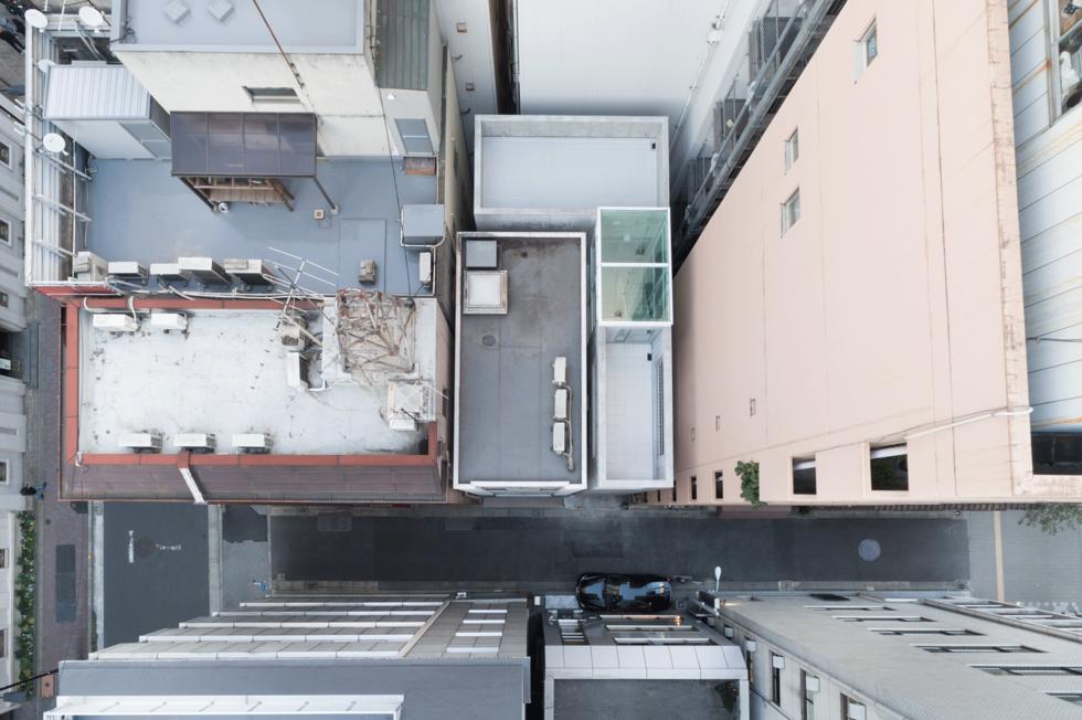 東京銀座巷內的L型小屋!日本SO&CO讓2.7米寬清水模辦公空間極大化 小坪數裝潢_02