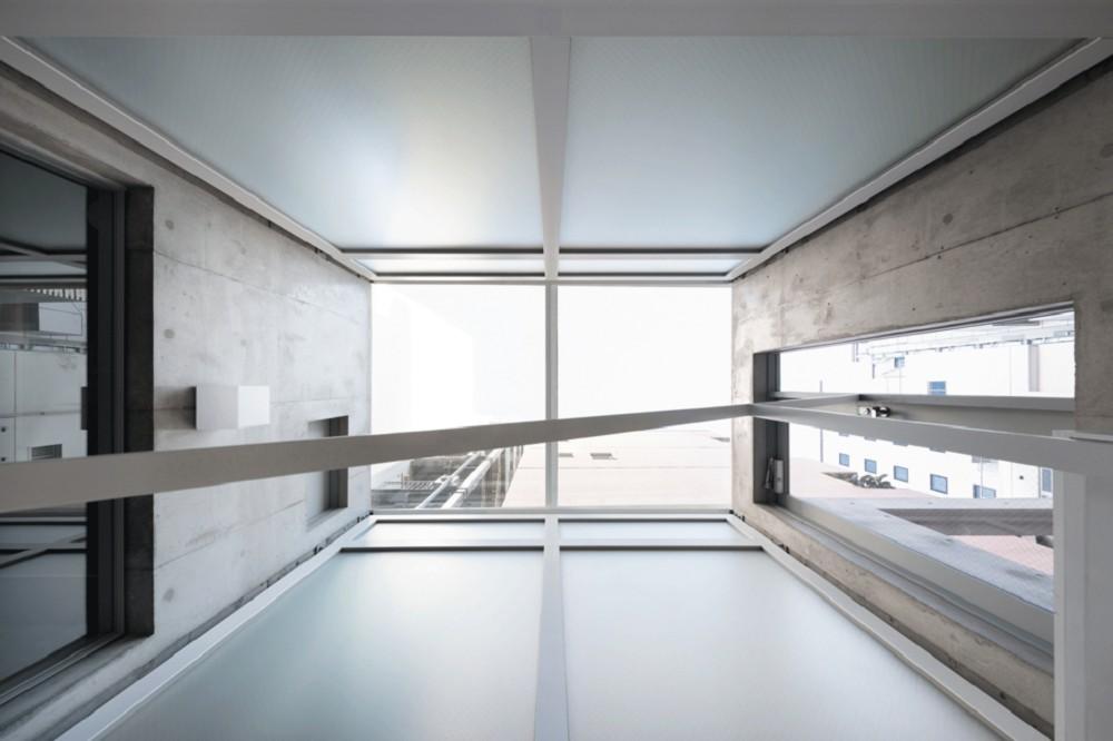 東京銀座巷內的L型小屋!日本SO&CO讓2.7米寬清水模辦公空間極大化 小坪數裝潢_04