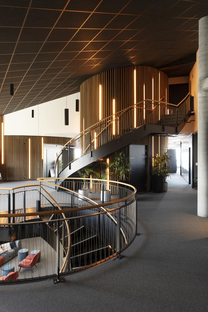 3000平方公尺太陽能板覆蓋!Snøhetta建築團隊操刀挪威辦公大樓 發電自用還能為周遭社區供電