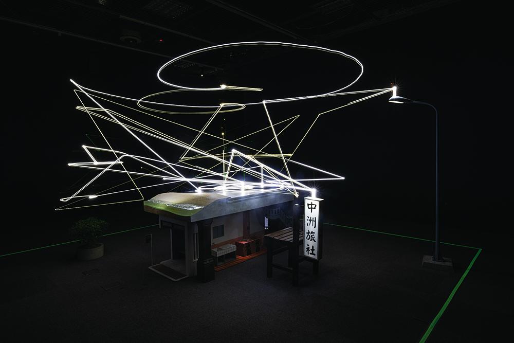 今年《查無此人—小花計畫》 魏如萱和豪華朗機工合作的裝 置藝術,盤旋於房舍上的光點, 充滿著濃濃的眷戀情感。