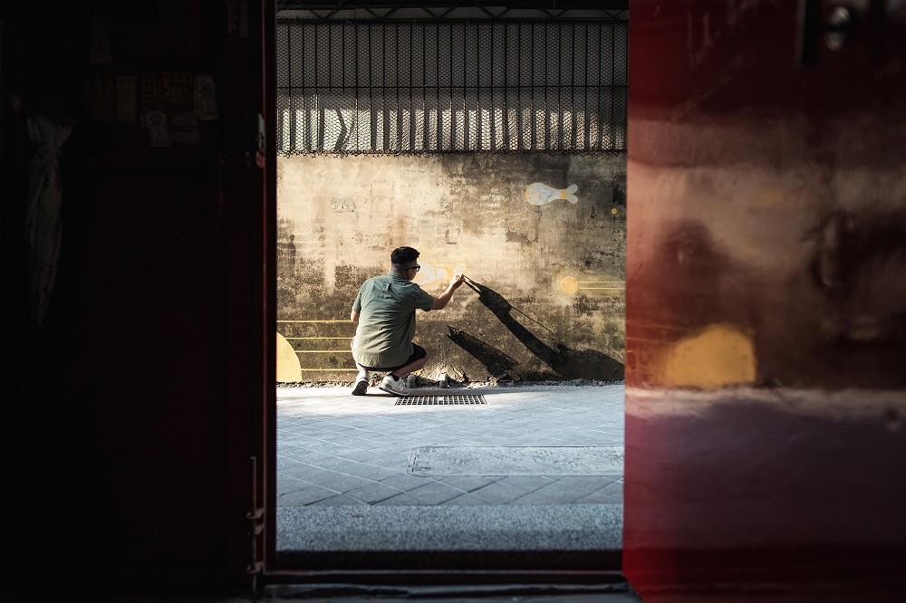 台中後巷腳下美景!插畫家丁原生「原生魚洄游」創作磚面讓髒汙暗巷化身彩繪魚川巷_09