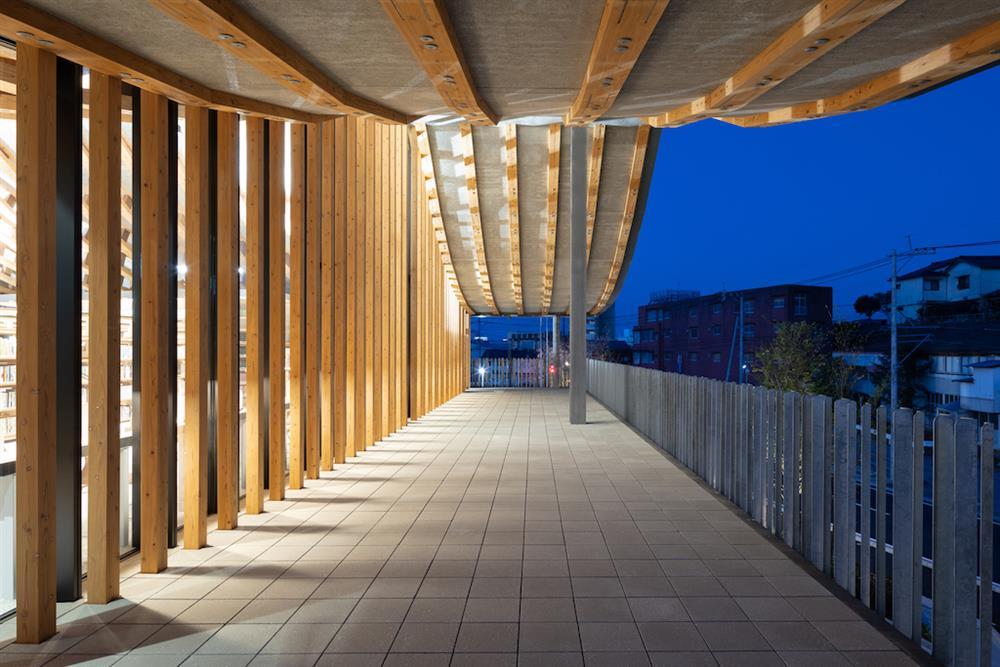 熊本天草市複合式建築KOKORASU!弧形的木質調新市民空間
