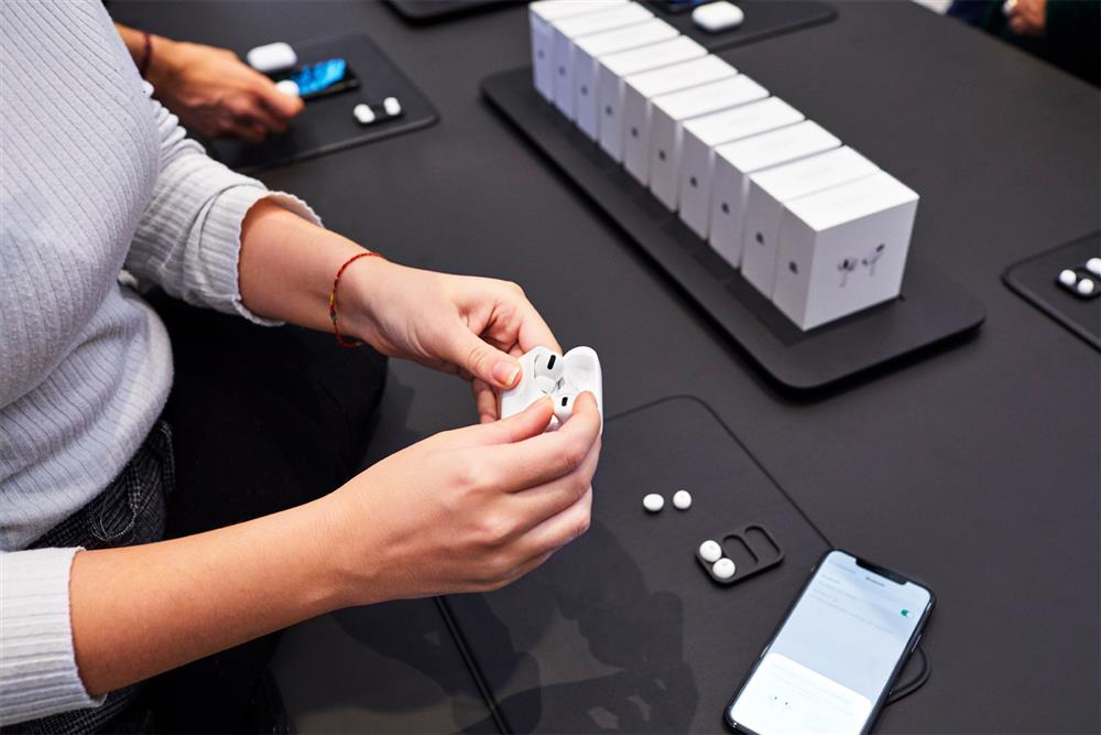 Apple-AirPod-Pro-launch-Milan-guests-with-new-AirPod-Pro-product-table-10302019_big.large_2x