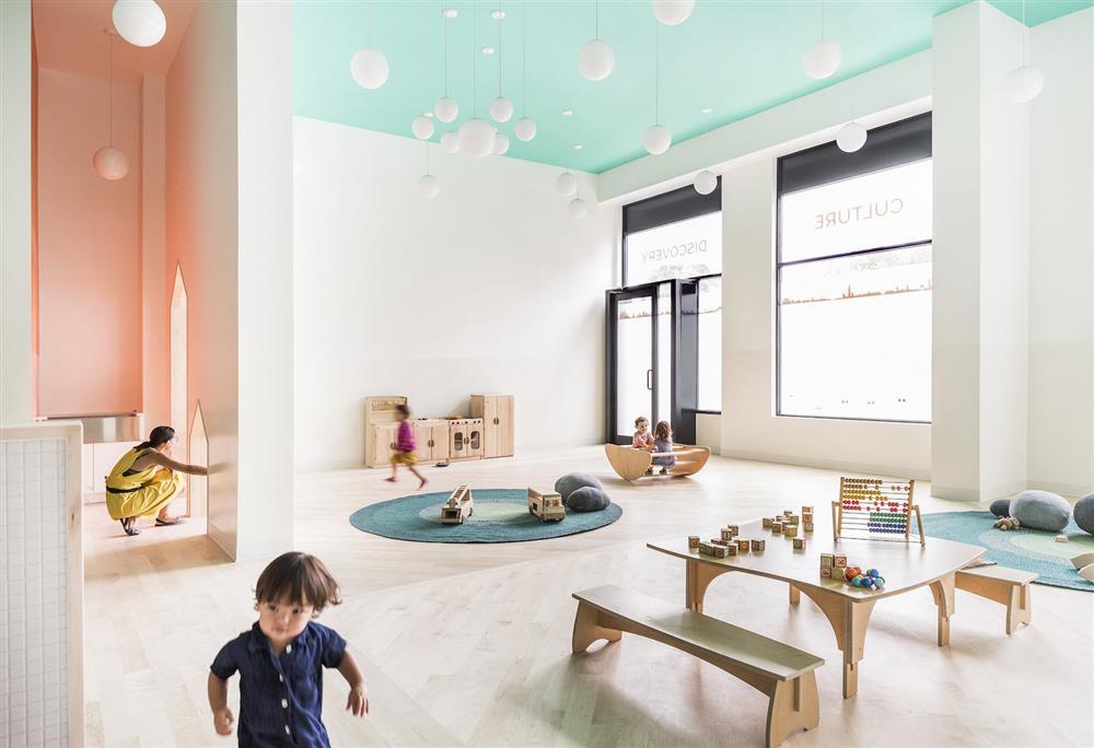 紐約布魯克林Mi Casita托嬰中心!以綠松石、亮橘色與活潑線條妝點的澄淨空間