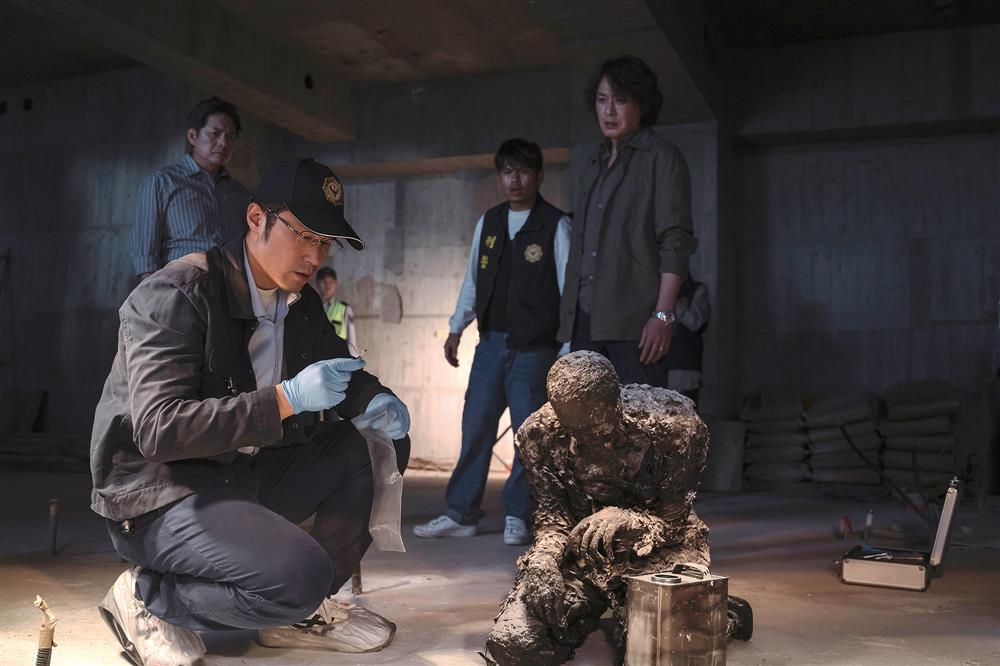 《誰是被害者》中,飾演鑑識人員的張孝全飾,正在進行現場焦屍的採檢。