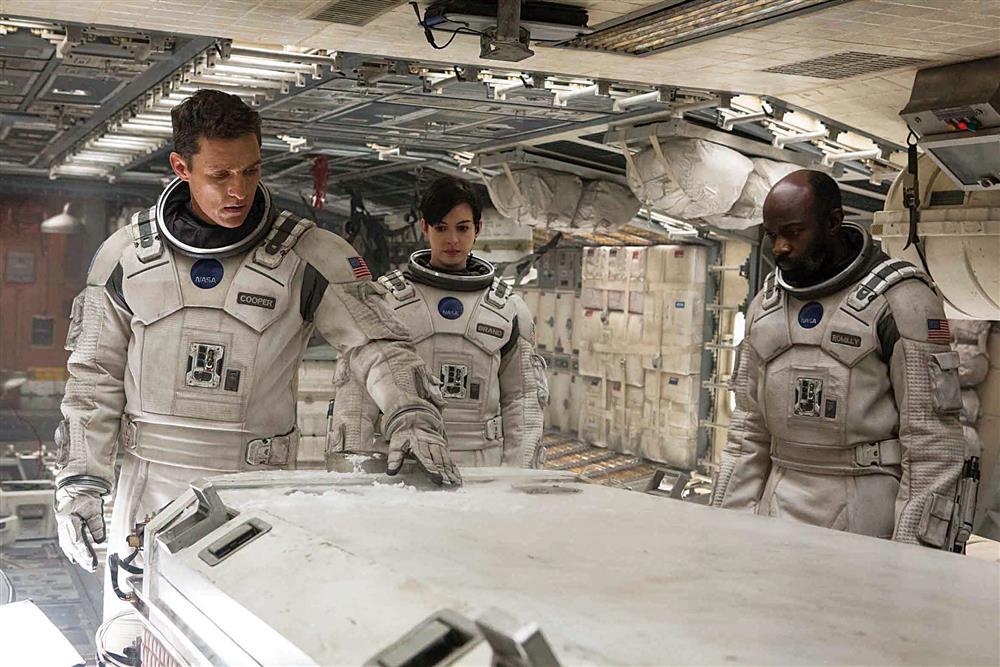 《星際效應》依據時間膨脹理論,星際旅程的一小時兌為地球的七年,啟動過去、現在與未來的互相調度。
