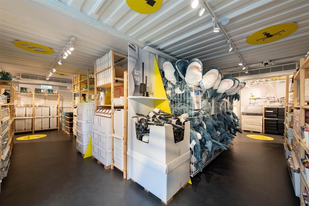IKEA嘉義快閃店自然明亮的北歐現代風搭配IVAR系列做為層架,開放式層板增添空間延伸感,良好收納規劃展示近百件商品。