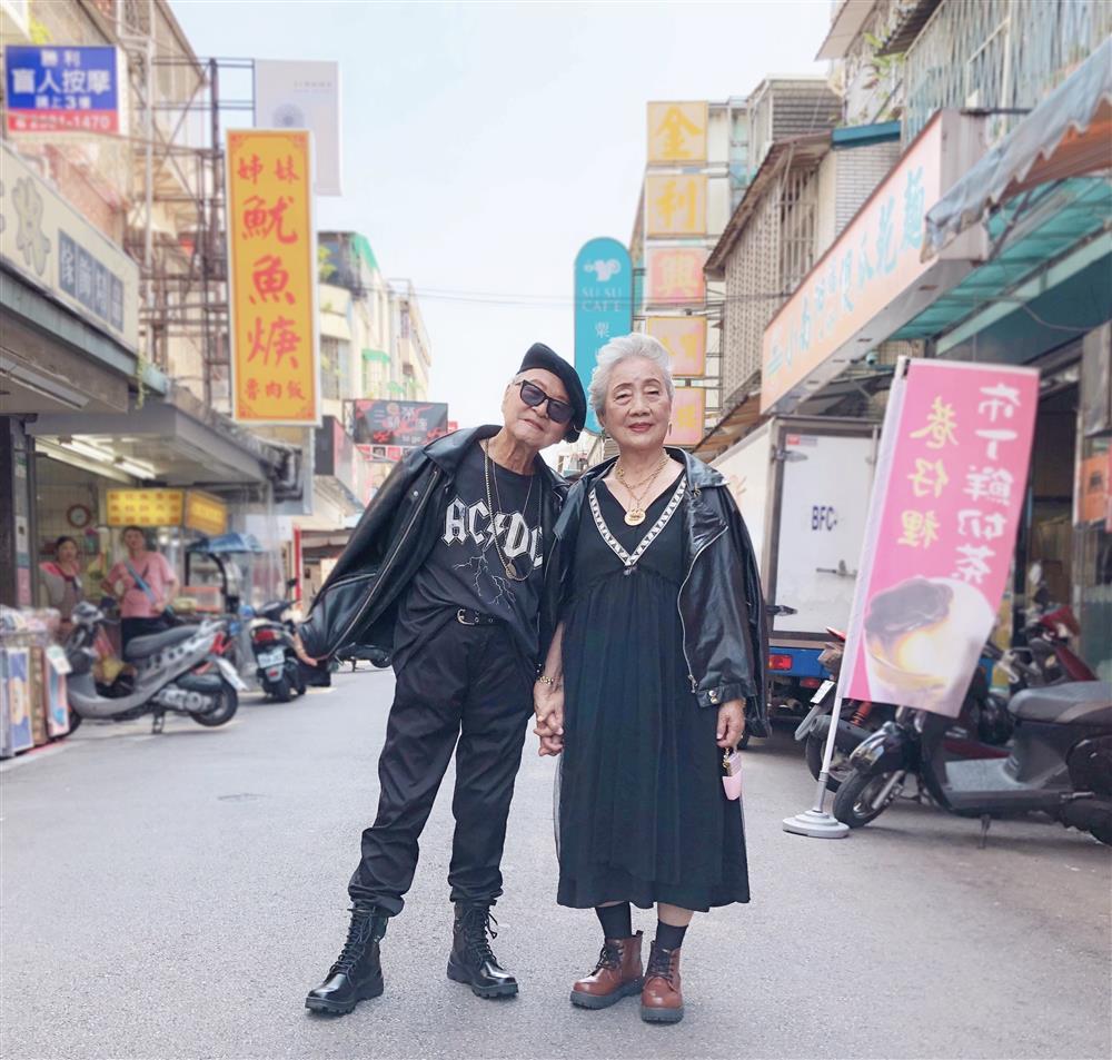 身穿龐克風黑色勁裝的蔡經國爺爺(95歲)與王吉英奶奶(97歲)。