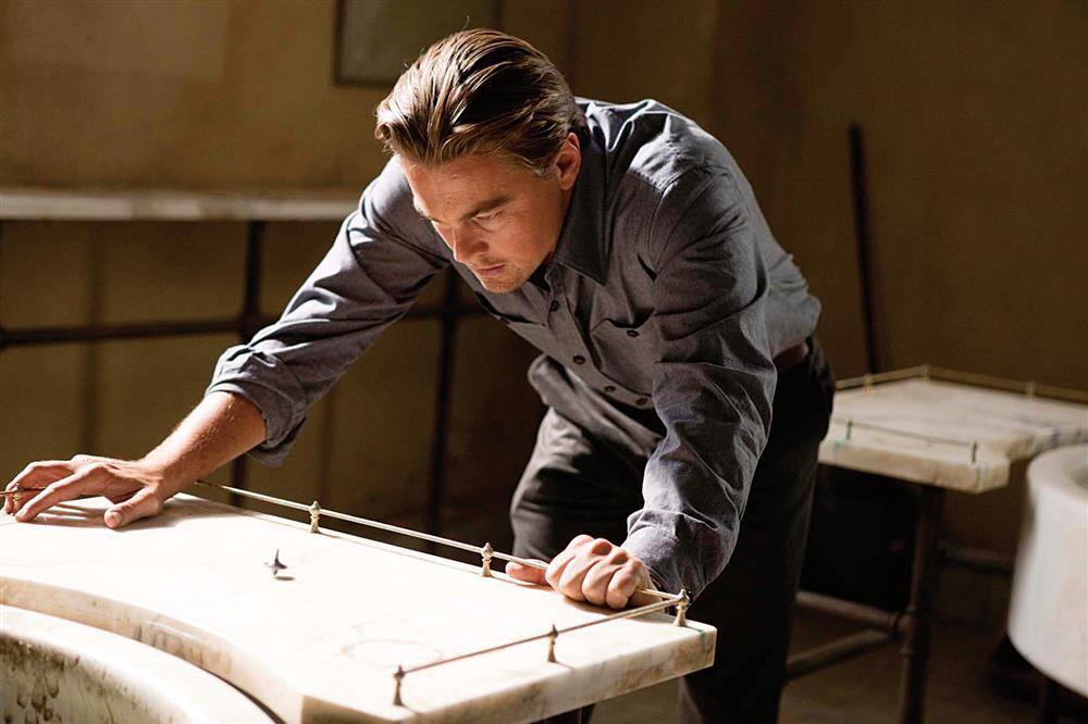 克里斯多夫諾蘭在《全面啟動》一片中,以「時差」表現由夢境不同層階的套疊,瞬間榫接上歲月長河,旋出數學般的精密牽動。