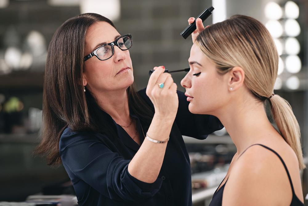 知名彩妝品牌創辦人BobbiBrown,手把手教你彩妝基礎,重新發現你的美。
