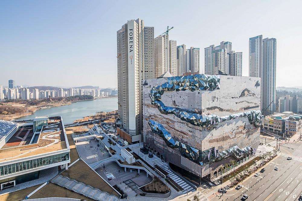 宛如城市中的璀璨寶石!OMA操刀首爾Galleria百貨光教店  多稜彩色玻璃立面、馬賽克石材成亮點_04