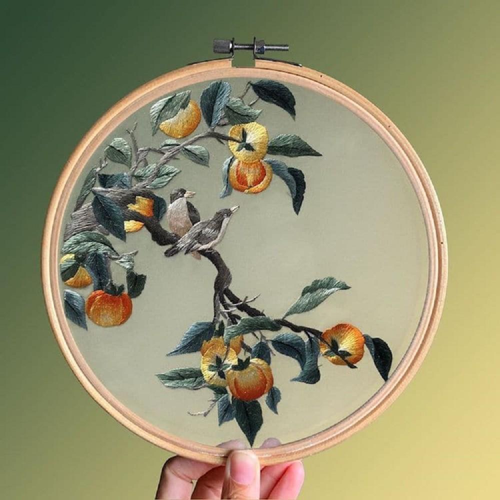 栩栩如生的絕美刺繡創作!多位中國藝術家展示盛開百合、飛鶴等精緻絲綢刺繡作品08