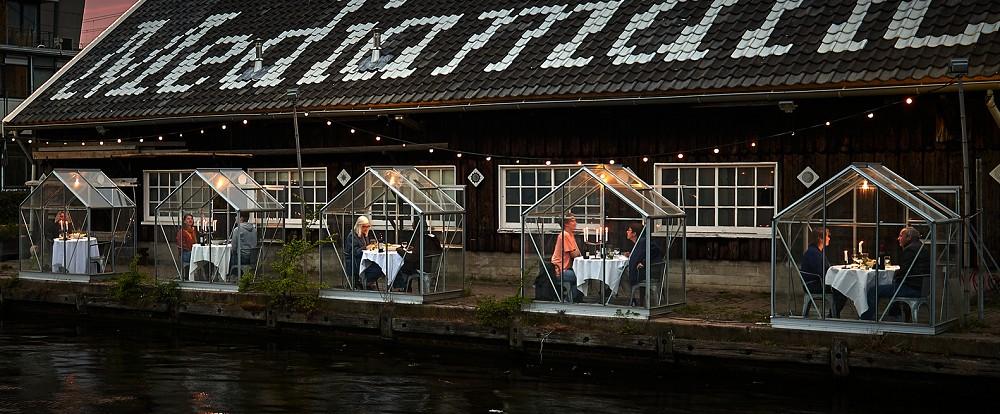 防疫隔離也能有創意!荷蘭河畔玻璃屋包廂serresséparées、日本動物園餐廳「水豚君」陪客