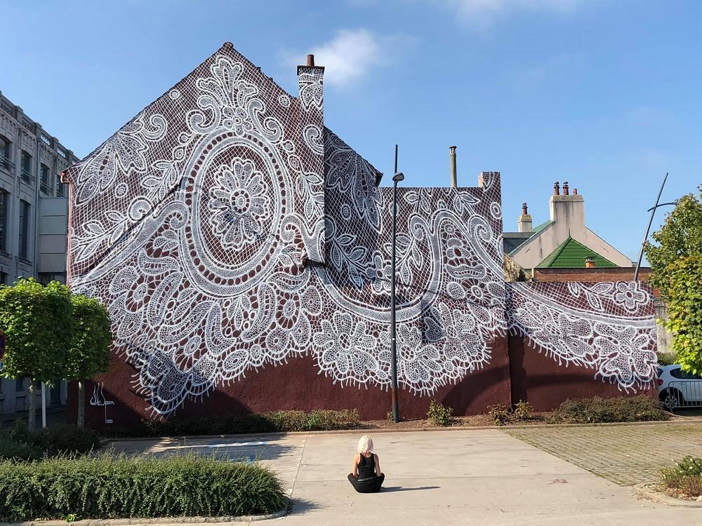 波蘭藝術家NeSpoon為法國加萊蕾絲博物館鋪上時尚衣裳壁畫1
