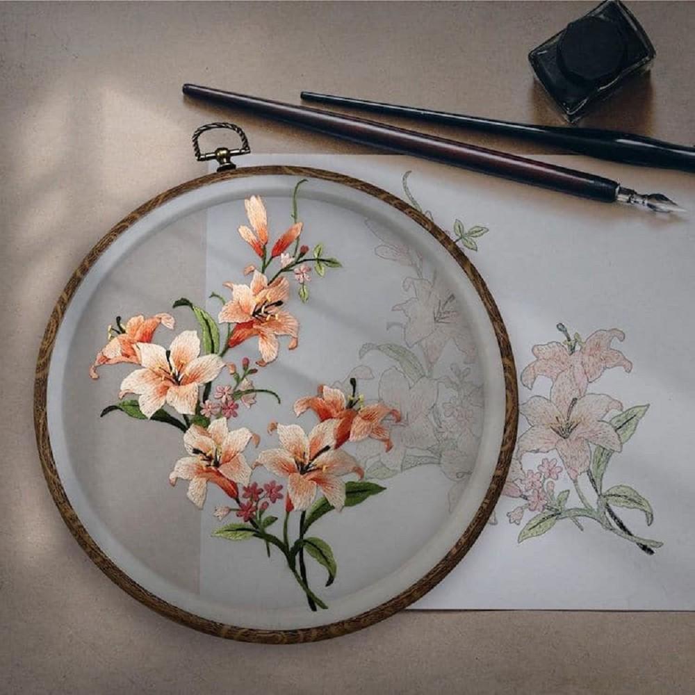 栩栩如生的絕美刺繡創作!多位中國藝術家展示盛開百合、飛鶴等精緻絲綢刺繡作品05