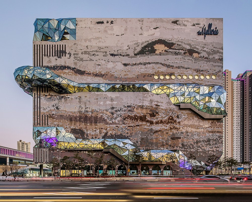 宛如城市中的璀璨寶石!OMA操刀首爾Galleria百貨光教店  多稜彩色玻璃立面、馬賽克石材成亮點_03